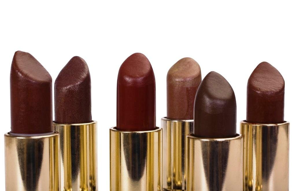 Οι τόνοι της σοκολάτας καταφέρνουν να κολακεύουν υπέροχα όλες τις αποχρώσεις του δέρματος
