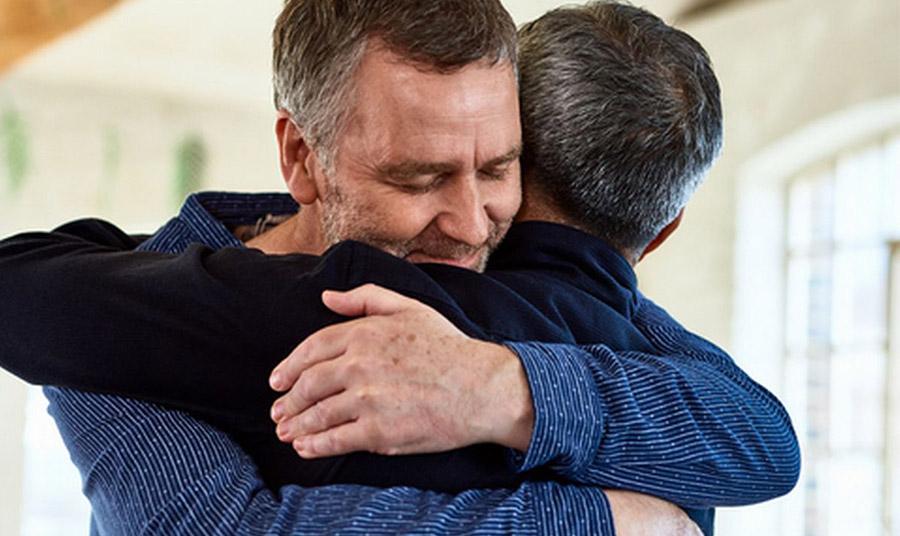 Η σωματική επαφή αυξάνει και ενισχύει το ανοσοποιητικό μας σύστημα, μειώνει το άγχος και μας συνδέει με τους αγαπημένους μας.