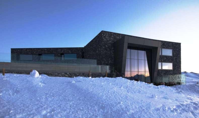 Ένα κτίσμα ανάμεσα στον ουρανό και το χιόνι