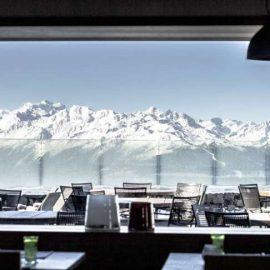 Η θέα από την αίθουσα πρωινού, μοιάζει σαν να αγγίζετε τις χιονισμένες βουνοκορφές
