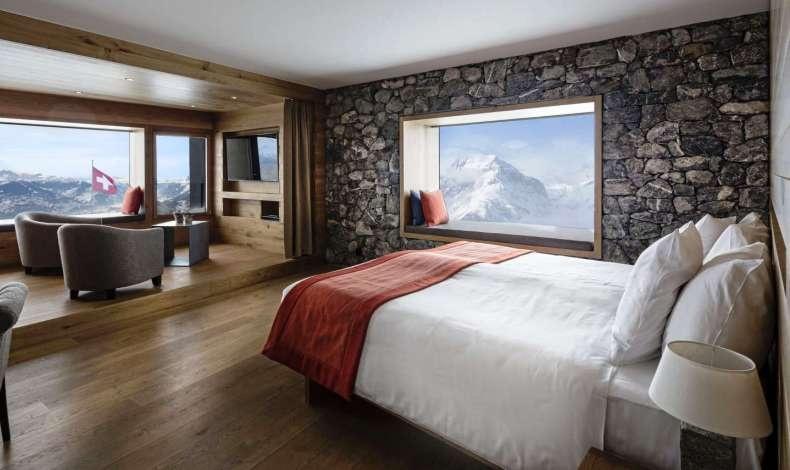 Τεράστια δωμάτια με μίνιμαλ στιλ όπου κυριαρχούν τα φυσικά αλλά πολυτελή υλικά και μία θέα που κόβει την ανάσα!