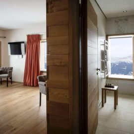 Όλα τα δωμάτια έχουν αντικείμενα αποκλειστικά σχεδιασμένα για το Chetzeron, δίνοντας ένα στοιχείο μοναδικότητας