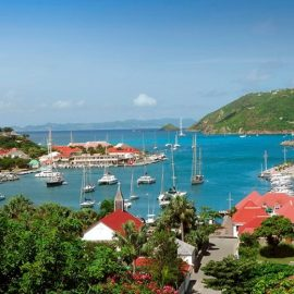 To μικροσκοπικό St. Barths, τόπος ηρεμίας και χαλαρότητας, με υπέροχες λευκές παραλίες είναι ένα από τα νησιά που λατρεύουν οι πλούσιοι και διάσημοι