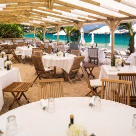 Στο εστιατόριο La Case de l?Isle θα απολαύσετε το πρωινό σας με τα πόδια? χωμένα στην απαλή λευκή άμμο, δίπλα στη θάλασσα