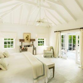 Η κρεβατοκάμαρα του Garden Villa Room, η κυριαρχία του λευκού σε συνδυασμό με τις μοναδικές διακοσμητικές πινελιές δημιουργούν την απόλυτη ατμόσφαιρα διακοπών