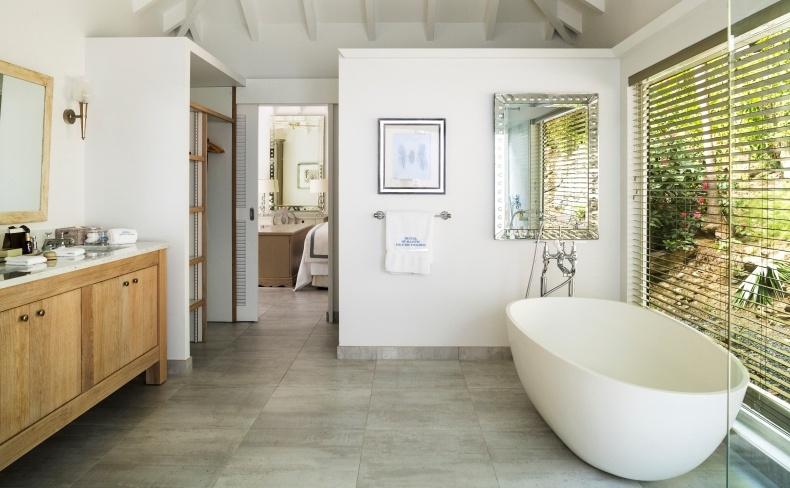 Το μπάνιο και το ξέχωρο βεστιάριο σε μία από τις υπέροχες σουίτες του ξενοδοχείου