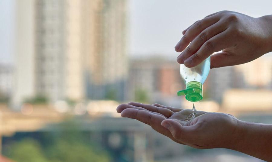 Τα αντισηπτικά δεν είναι ένα μαγικό ελιξήριο! Ιατρικές έρευνες αποδεικνύουν πως τα απολυμαντικά χεριών με αντιβακτηριακά συστατικά δρουν επίσης, στην ανάπτυξη ανθεκτικών στα αντιβιοτικά βακτηριδίων. Χρειάζεται προσοχή στην αλόγιστη χρήση