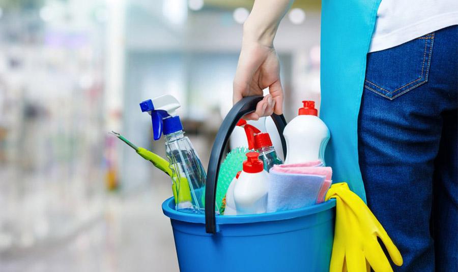 Τα χημικά συστατικά που περιέχονται π.χ. στα καθαριστικά σπιτιού αυξάνονται επικίνδυνα, αν χρησιμοποιούμε ταυτόχρονα απολυμαντικά. Φορέστε καλύτερα γάντια και πλένετε στη συνέχεια σχολαστικά τα χέρια σας με νερό και σαπούνι