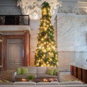Ένα μαγευτικό χριστουγεννιάτικο δέντρο δια χειρός του διάσημου ανθοπώλη Mark Colle στολίζει το πολυτελές ξενοδοχείο The London EDITION