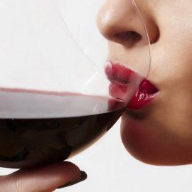 Μία «θαυματουργή» λύση για να μη λερώνουμε το ποτήρι μας με κραγιόν είναι να γλείψουμε απαλά το χείλος του στο σημείο που πίνουμε!