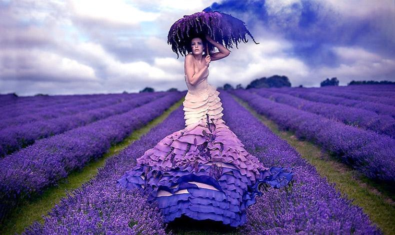 «Ταξιδεύοντας» στα πανέμορφα χωράφια με λεβάντες της νότιας Γαλλίας γιατί φυσικά το μοβ λουλούδι μπορεί να γίνει ένα θαυμάσιο σκηνικό!