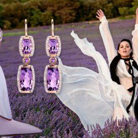 Συνδυάστε λευκό με μοβ για ένα πολύ κομψό αποτέλεσμα. Μακριά σκουλαρίκια από αμέθυστο και διαμάντια, Jane Taylor // Γόβα, Victoria Beckham // Η Μαριόν Κοτιγιάρ φωτογραφημένη σε ένα λιβάδι από λεβάντες