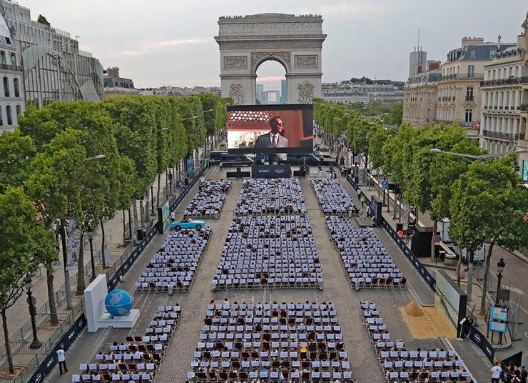 Παρίσι: Η Champs Elysées μετατρέπεται στο ωραιότερο θερινό σινεμά!