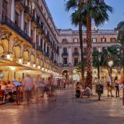 Οι κάτοικοι της Βαρκελώνης ξέρουν πραγματικά πώς να διασκεδάζουν και να απολαμβάνουν τη ζωή τους, όπως στην Placa Reial