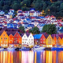 Τα πολύχρωμα ξύλινα σπίτια, η θάλασσα και τα τριγύρω βουνά και η ζωηρή ζωή της πόλης του Μπέργκεν κάνουν την κάθε μέρα να είναι μια περιπέτεια!