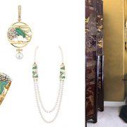 Από τη σειρά Vibration Minérale, τα σκουλαρίκια, το βραχιόλι σε κίτρινο χρυσό και πλατίνα με διαμάντια και λάκα και το κολιέ με πράσινη και μπλε λάκα και καλλιεργημένα μαργαριτάρια // Τα παραβάν βρίσκονται σε πλήρη αρμονία με τις χρυσές αποχρώσεις στους τοίχους