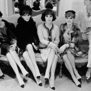 Η Ιταλίδα σταρ Τζίνα Λολομπριντζίτα περιστοιχισμένη από μοντέλα Chanel, το 1964