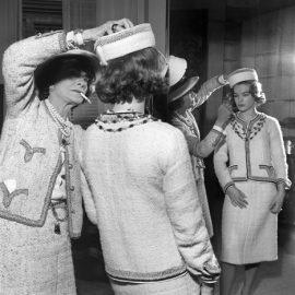 Η σχεδιάστρια με την ηθοποιό Romy Schneider σε πρόβα στο Παρίσι γύρω στο 1960