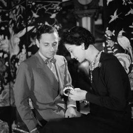Με τον Ιταλό κοσμηματοποιό Fulco di Verdura στο ατελιέ της οδού Cambon το 1937