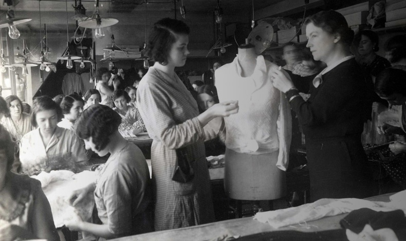 Το 1935, η Gabrielle Chanel βρίσκεται στο απόγειο της δόξας της και απασχολεί 4.000 υπαλλήλους