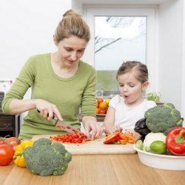 Μαγειρεύοντας με τα παιδιά, μαθαίνουν να τρώνε σωστά