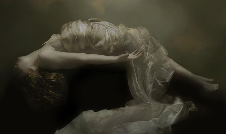 Η φωτογράφος χρησιμοποιεί την κάμερά της για να δημιουργήσει αισθησιακές και θηλυκές εικόνες που απηχούν την περίοδο της Αναγέννησης.