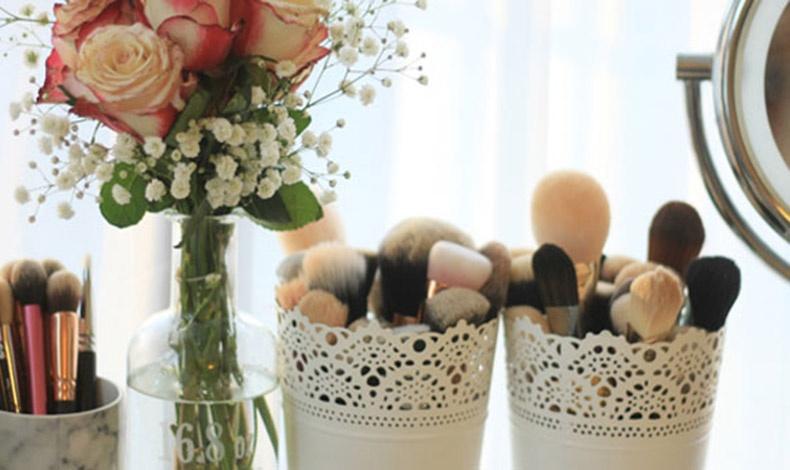 Όμορφα γλαστράκια γίνονται θήκες για τα πινέλα του μακιγιάζ μας