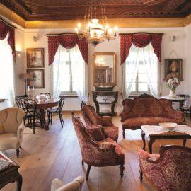 Η Σάλα με τα αυθεντικά έπιπλα και το υπέροχο ξυλόγλυπτο ταβάνι αποπνέει την αρχοντιά των παλιών ιδιοκτητών