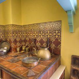 Μία από τις πλέον χαρακτηριστικές αναπαλαιωμένες γωνιές της κουζίνας, μνημείο παράδοσης και φροντίδας