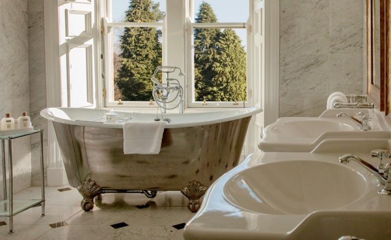 Τα κομψά μπάνια θυμίζουν άλλες εποχές και διαθέτουν προϊόντα περιποίησης με την υπογραφή Arran Aromatics