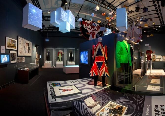Η έκθεση στο Λονδίνο ήταν μία ρετροσπεκτίβα που ακολουθεί την πορεία του μέσα από τα κοστούμια, σκίτσα, στίχους, ταινίες και φωτογραφίες