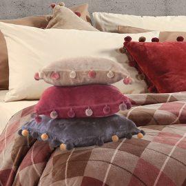 Μαξιλαράκια με βελουτέ αίσθηση και τελειώματα με κρόσσια σε διάφορα χρώματα, Τanger // Βελούδινη καρό κουβέρτα και μαξιλαράκια που στολίζουν το κρεβάτι, όλα ΝΕF NEF HOMEWEAR