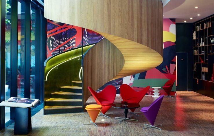 Oι πολύχρωμες πολυθρόνες του Verner Panton δένουν απόλυτα με το ψυχεδελικό background που υπογράφουν οι Assume Vivid Astro Focus (AVAF)