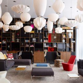 Το lobby του CitizenM είναι χωρισμένο σε μικρότερα, σύχρονα καθιστικά επενδυμένα με μοντέρνα κομμάτια, όπως τα εντυπωσιακά ολόλευκα φωτιστικά του George Nelson