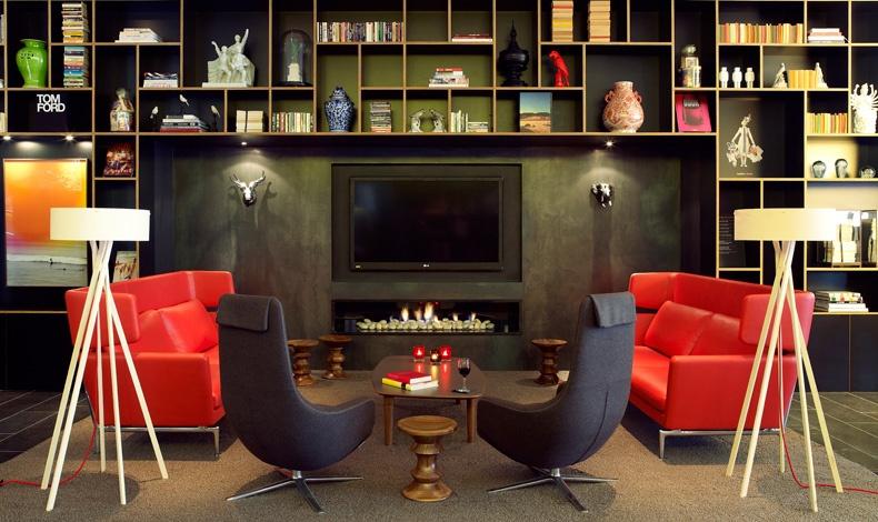 Τα ράφια στις βιβλιοθήκες του ξενοδοχείου είναι γεμάτα βιβλία τέχνης, φωτογραφίας, μόδας και design, με την επιμέλεια του MENDO, ενός από τα καλύτερα βιβλιοπωλεία στον κόσμο
