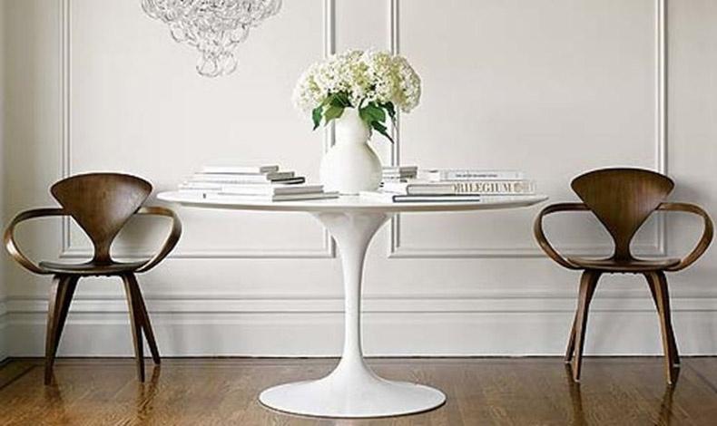Το κομψό στρογγυλό τραπέζι Tulip με το μονό πόδι στο κέντρο του που σχεδίασε ο περίφημος Αμερικανοφινλανδός αρχιτέκτονας Eero Saarinen το 1956, αποτελεί σήμα κατατεθέν του ντιζάιν όλα αυτά τα χρόνια