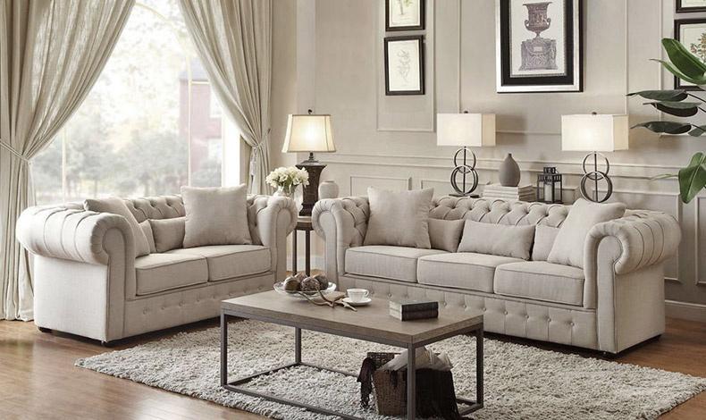 Ο καναπές με τα λιτά διακοσμητικά κουμπιά, ντυμένα στο ίδιο χρώμα με την ταπετσαρία κυριάρχησε στο κίνημα του μοντερνισμού, κερδίζοντας σήμερα το στοίχημα της διαχρονικής αποδοχής