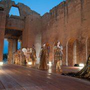 Τα μοντέλα παρέλασαν μέσα στον αρχαίο ελληνικό ναό στη Σικελία δημιουργώντας ένα μαγευτικό σκηνικό