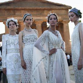 Οι λαμπερές λευκές τουαλέτες που θυμίζουν αρχαιοελληνικούς χιτώνες και στο κέντρο η πάλαι ποτέ μούσα των Dolce&Gabbana, η Marpessa Hennink, τώρα διευθύντρια της Alta Moda