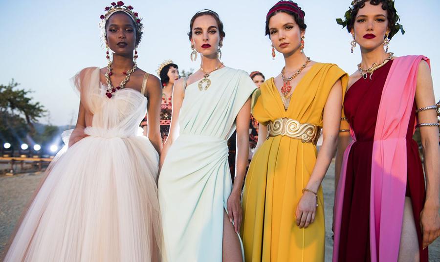 Εκτός από το λευκό, το μαύρο και το χρυσό, υπήρχαν και βραδινά φορέματα σε πολύ έντονα χρώματα