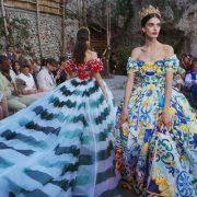 Ψυχεδελική συλλογή μεταξωτών ταφταδένιων φορεμάτων με υπερβολικά φουρό και στενούς κορσέδες αναβίωσαν το πνεύμα της εποχής