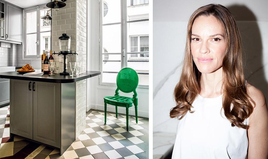 Η κουζίνα του διαμερίσματος με ασπρόμαυρους τόνους και μία πινελιά έντονου πράσινου στην καρέκλα που «σπάει» τους κανόνες. Εδώ η Χίλαρι μαγειρεύει για τους φίλους της
