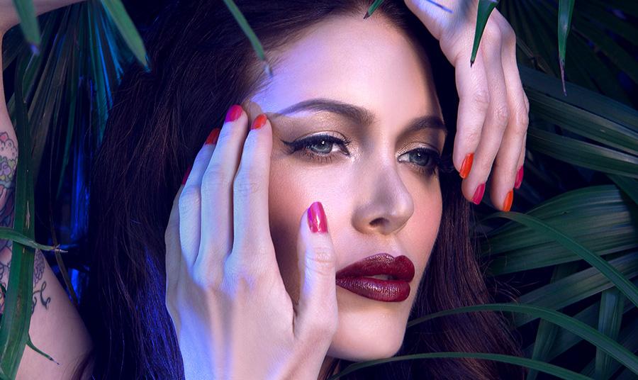 Πόσο επιζεί ο κορωναϊός στο δέρμα, στα μαλλιά και στα νύχια μας; Και τι κάνουμε;