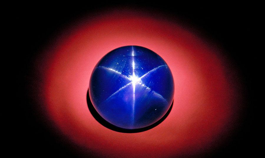 Με βάρος 563 καράτια, το «Αστέρι της Ινδίας» που χρονολογείται τουλάχιστον 2 εκατομμύρια χρόνια(!) είναι το μεγαλύτερο μπλε ζαφείρι στον κόσμο