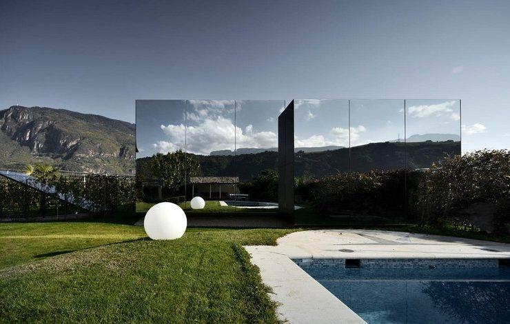 Οι δυτικές προσόψεις στα Mirror Houses καλύπτονται από καθρέφτες που αντανακλούν τα περιγράμματα των βουνών Mendel!