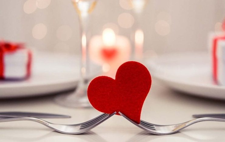 Ένα ρομαντικό δείπνο κρίνεται στις λεπτομέρειες, από τον φωτισμό μέχρι τη μουσική, την επιλογή του μενού και τα χρώματα που θα δημιουργήσουν ατμόσφαιρα