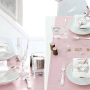 Απαλό ροζ και λευκό-κρεμ δημιουργούν μία γλυκιά ατμόσφαιρα. Μικρή λεπτομέρεια: Γράψτε το μήνυμα της αγάπης σας με γράμματα από το scrubble!