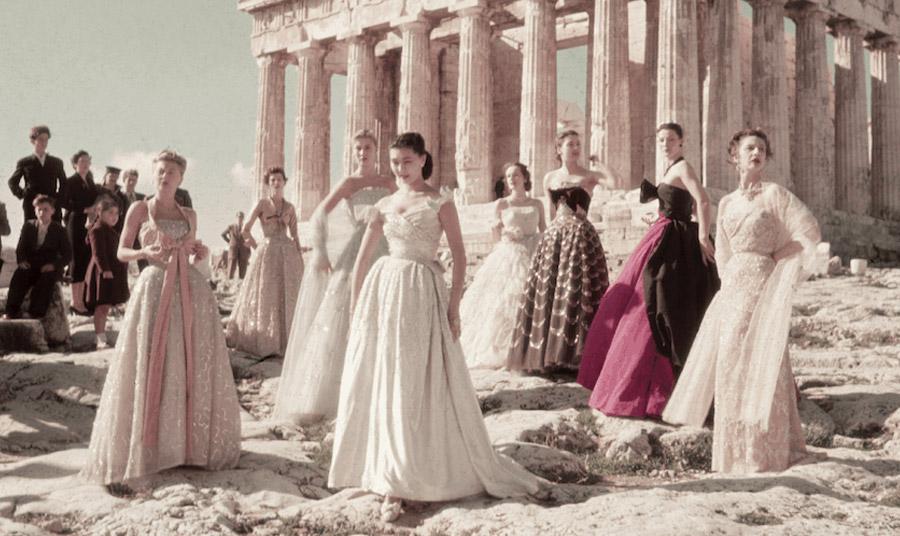 Ακριβώς πριν από 70 χρόνια, ο μεγάλος σχεδιαστής Christian Dior, είχε επιλέξει την Ακρόπολη, για να παρουσιάσει τα ρούχα της συλλογής φθινόπωρο 1951 και τα μοντέλα τοποθετήθηκαν απέναντι από τις Καρυάτιδες
