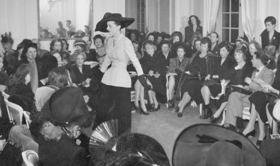 Η πρώτη εκδοχή του New Look στην επίδειξη στο ατελιέ του Christian Dior το 1947 που δημιούργησε ιστορία