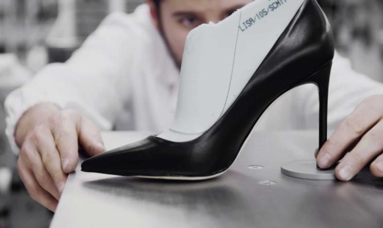 Το δυναμικό τακούνι της γόβας μακραίνει τα πόδια και δίνει έμφαση στη στενή μέση